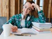 Studentin lernt für die Uni
