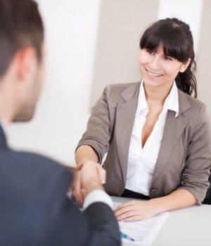 Bild mit 2 Personen beim Vorstellungsgespräch