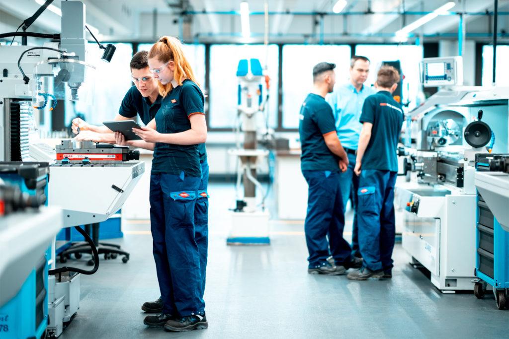 Das Bild zeigt Menschen in der Ausbildung zum Fachpersonal